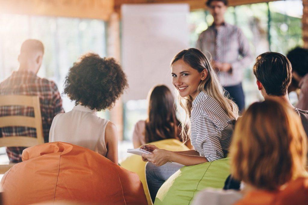 Eine Frau schaut in einer Veranstaltung der Erwachsenenbildung nicht hinten in die Kamera